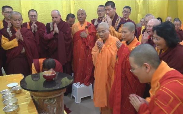 大家在現場看到佛陀降下甘露,恭賀《藉心經說真諦》至寶經典。